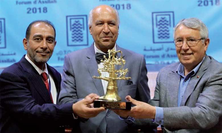 Le romancier marocain Ahmed El Madini recevant le septième prix Mohamed Zafzaf du roman arabe.