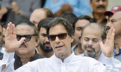 L'ex-champion de cricket Imran Khan  revendique la victoire aux législatives