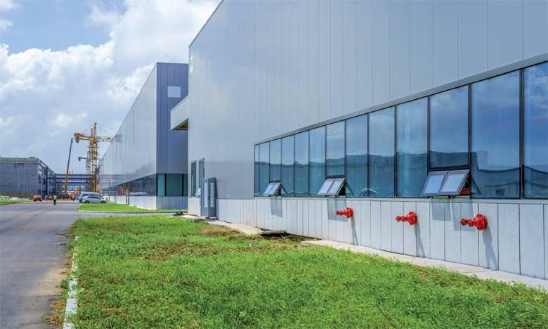Créée dans les années 1990, la zone d'activité de Sidi Bernoussi porte sur un parc industriel de 1.000 hectares, générant plus de 60.000 emplois directs et 150.000 indirects.