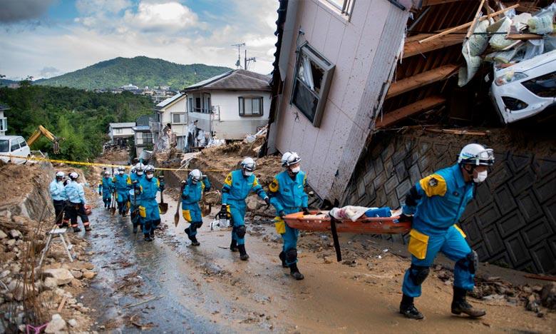 Des secouristes dégagent les débris qui jonchent cette rue de Kumano, dans la région de Hiroshima, au Japon. Ph : AFP
