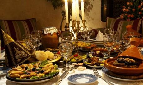La cuisine marocaine est l'une des plus raffinées et diversifiées grâce à l'interaction du pays avec d'autres cultures et nations le long de plusieurs siècles, notamment à travers ses affluents africains, berbères, mauresques, arabes, juifs et méditerranéens. Ph : DR