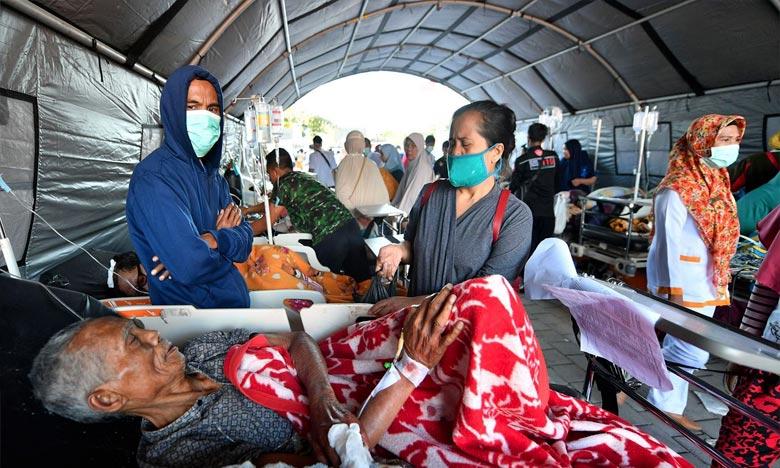 Les équipes de secours indonésiennes ont évacué lundi des centaines de touristes de petites îles touristiques proches de celle de Lombok. Ph : AFP