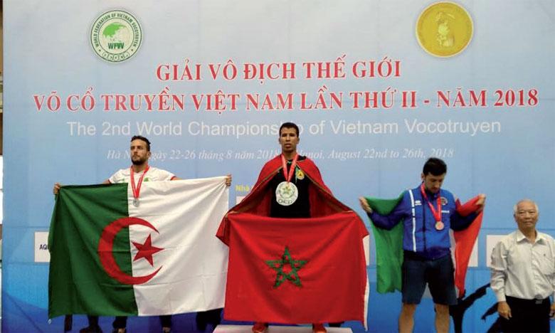 Ismaïl El Baggari sur le podium de la catégorie «Combat» après avoir remporté la médaille d'or.