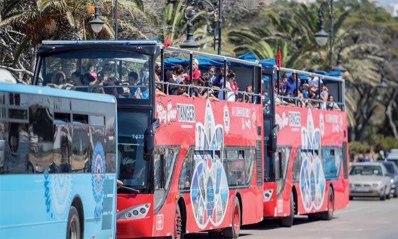 Les deux bus écologiques découverts desservent les principaux monuments historiques et attractions naturelles de la ville.