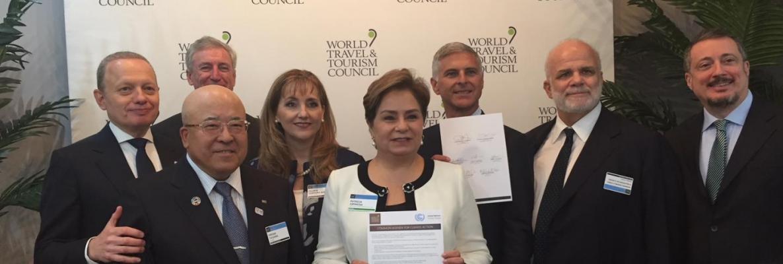 Patricia Espinosa, secrétaire de l'ONU-Climat (au centre), avec les membres du Conseil mondial du voyage et du tourisme lors de la signature de l'Initiative des Nations unies sur le climat. Ph. ONU