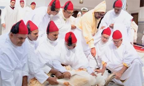 S.M. le Roi, Amir Al-Mouminine, accomplit la prière de l'Aïd Al-Adha à la mosquée Ahl Fès à Rabat et reçoit les voeux en cette heureuse occasion
