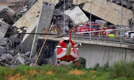 Depuis l'effondrement d'une portion d'un viaduc de l'autoroute A10 mardi à Gênes, les secours sont à pied d'œuvre pour déblayer des tonnes de béton sous lesquelles des victimes pourraient encore se trouver. Ph : DR