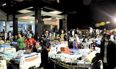 Un séisme fait au moins 98 morts, plus de 2.000 touristes évacués