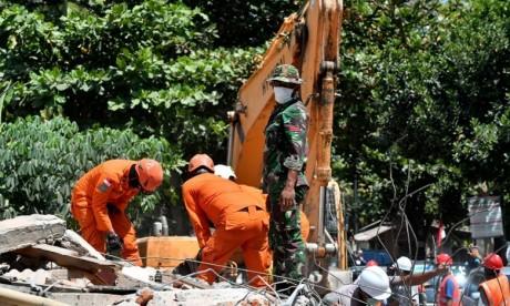 Des secouristes indonésiens recherchent le 9 août 2018 des survivants d'un séisme meurtrier à Lombok, en Indonésie. Ph : AFP