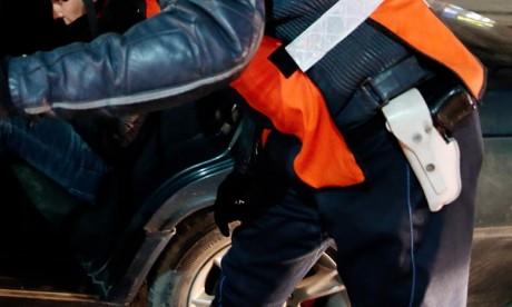 Un officier de police fait usage de son arme de service pour appréhender un individu à Casablanca