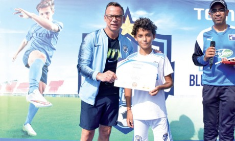L'ancienne gloire de Manchester City Paul Dickov  rencontre de jeunes footballeurs casablancais