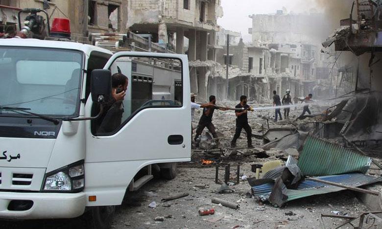 Une équipe de sauveteurs tentant d'éteindre un incendie causé par des raids aériens meurtriers sur la province d'Idleb.