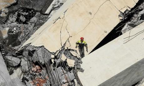 """Pont effondré à Gênes: """"Il pourrait y avoir encore dix ou vingt personnes disparues"""""""
