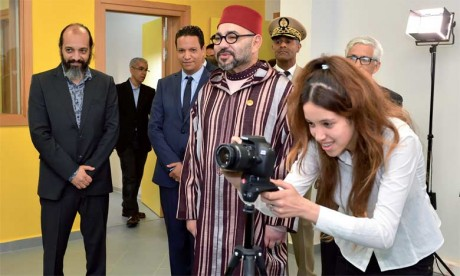 31 mai2018: S.M. le Roi Mohammed VI a procédé, à Casablanca, à l'inauguration d'un Centre de soutien éducatif et culturel pour le développement des compétences des jeunes.                    Ph. MAP