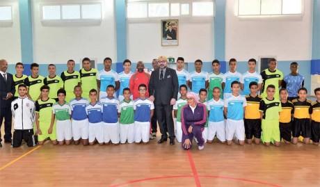 27 octobre 2017: S.M. le Roi Mohammed VI a procédé, à Rabat, à l'inauguration du Complexe socio-éducatif, sportif et médical intégré «Ennahda».                                       Ph. MAP