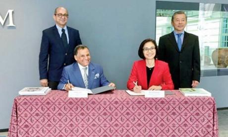 M. Qotbi et Mme Chang signant le mémorandum d'entente.Ph. MAP