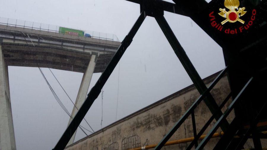 Une image de la portion du pont écroulé diffusée par le compte Twitter des pompiers italiens