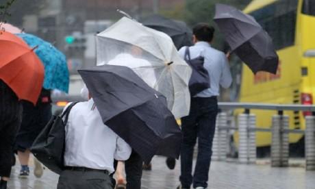 Le puissant typhon Cimaron frappe le Japon