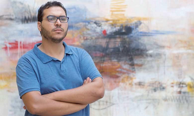 Les tableaux de Abdelaziz Ousalah marient des tons dégradés de marron et de gris, avec des touches très prononcées du rouge et du noir.