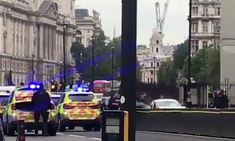 Une voiture fonce sur les barrières de sécurité du Parlement à Londres, plusieurs blessés