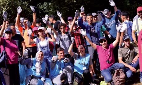 320 nouveaux étudiants  d'Al Akhawayn mobilisés pour une  opération de nettoyage de Aïn Vittel