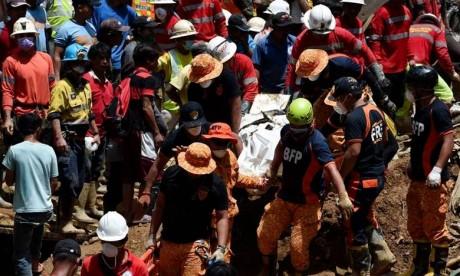 Les sauveteurs tentent retrouver des dizaines de disparus aux Philippines sur le site d'un énorme glissement de terrain après le passage du typhon Mangkhut. Un énorme glissement de terrain, qui s'est produit sur l'île de Luçon, aurait enseveli une quarantaine de personnes. Ph : AFP