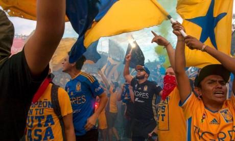 Un homme est dans un état grave après que les supporters de Tigres et de Monterrey se soient affrontés avant le match de rivalité entre «Clasico Regio» à Nuevo Leon, au Mexique. Ph : AFP