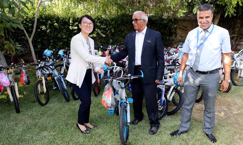 Don coréen d'un lot de vélos au profit d'écoliers de Tata