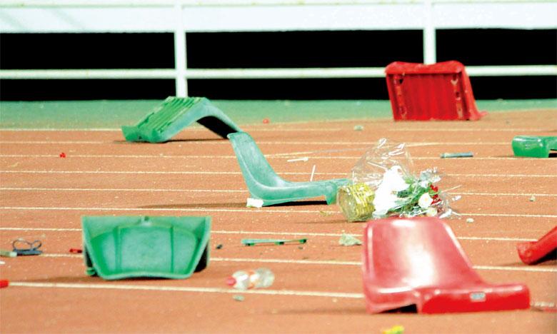 La piste d'athlétisme prenait l'allure d'un champ de bataille, jonchée qu'elle était de bouteilles, de débris et de sièges arrachés.Ph; Seddik