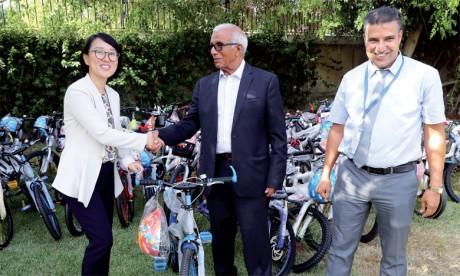 L'Association locale «Noor Iriqi» a réceptionné les bicyclettes et s'est chargée de les distribuer  à des écoliers nécessiteux du village Zaouia Sidi Abdenbi.