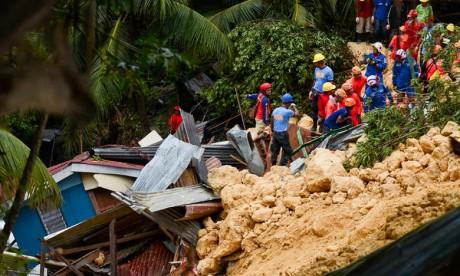 Les sauveteurs étaient à pied d'œuvre jeudi matin pour tenter de retrouver des survivants dans le village de Tina-an, sur l'île touristique de Cebu. Ph :  AFP