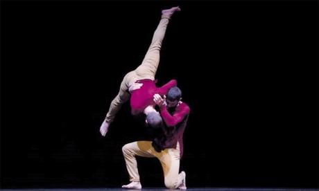 Les deux danseurs chorégraphes de la compagnie italo-française MF, Francesco Colaleo et Maxime Freixas, ont présenté un spectacle captivant qui porte une attention particulière au regard.