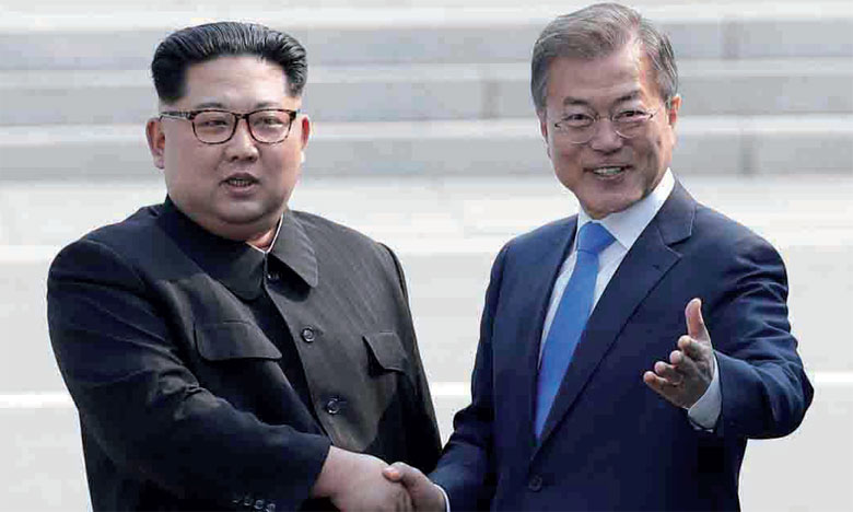 Le Président sud-coréen Moon Jae-in (à droite) et le leader nord-coréen Kim Jong-un se sont  rencontrés pour la première fois en avril 2017.                                                                                                         Ph. AFP