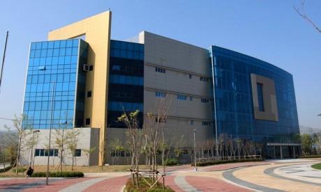 Considéré comme une ambassade de facto, il va permettre à Pyongyang et Séoul de communiquer 24 heures sur 24, 365 jours par an. Le bureau de liaison commun est situé à Kaesong, du côté nord de la DMZ, à environ 60 km de Séoul et 140 km de Pyongyang.. Ph : DR