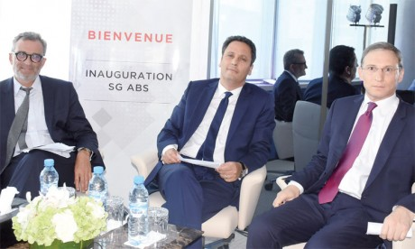 «Avec SG ABS, nous portons une noble mission: accompagner nos pays africains dans leurs dynamiques de transitions, qu'elles soient économiques, numériques, environnementales ou sociétales», a souligné Ahmed El Yacoubi, président du directoire de Société Générale Maroc (au centre).         Ph.Saouri