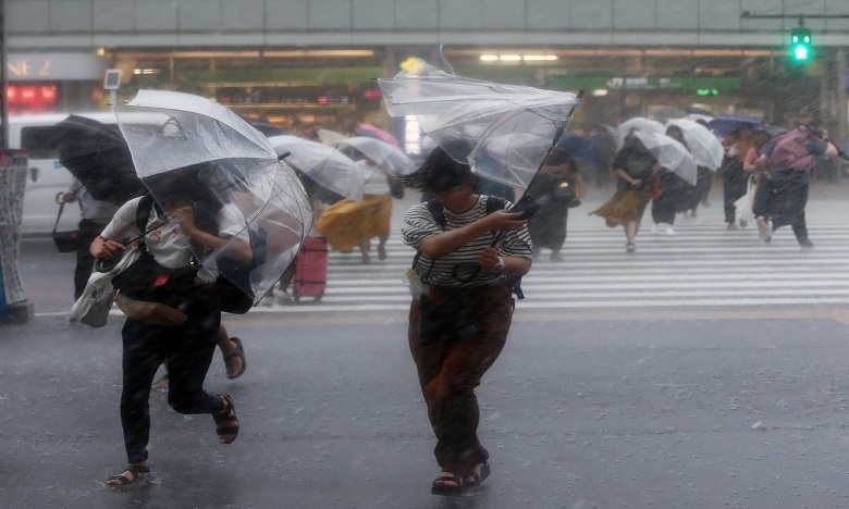 Un violent typhon frappe le Japon