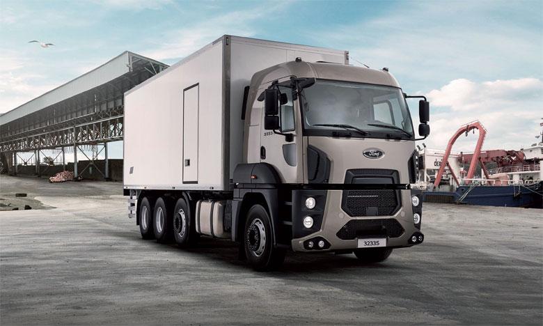 Afin de faciliter les manœuvres et réduire le rayon de braquage, le Ford Trucks 3233S HR offre  la possibilité d'avoir un essieu auto directionnel en contact avec le sol lorsque le véhicule est chargé.