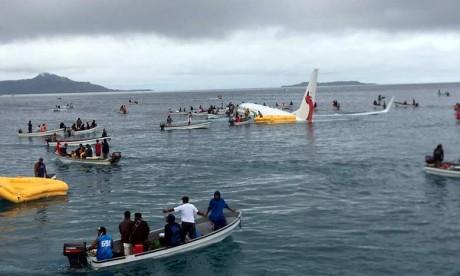 Un avion de ligne plonge dans un lagon du Pacifique