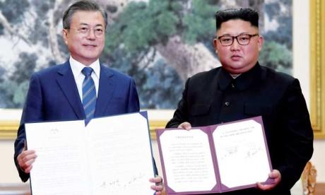 Le Président sud-coréen Moon Jae-in (à gauche) et le dirigeant nord-coréen Kim Jong-un, mercredi  19 septembre à Pyongyang.                                                                                                                                     Ph. Reuters