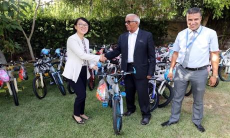 Distribution de vélos à des écoliers dans la province de Tata