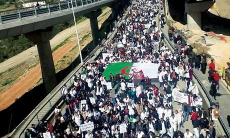 Une marche du mouvement d'opposition «Mouwatana» empêchée  par la police algérienne à Constantine