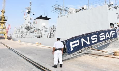 Un destroyer pakistanais mouille dans le port de Casablanca