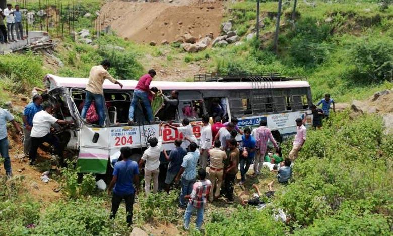 Transportant 101 passagers, le véhicule est sorti de route dans le district de Jagtial, à environ 190 kilomètres au nord de la capitale régionale Hyderabad. Ph : AFP