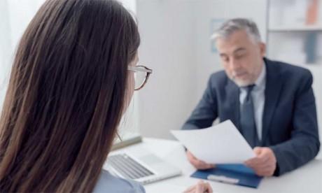 Afin de réussir l'entretien de départ, il faut être rassurant dans son attitude et ses intentions en donnant des signes positifs.