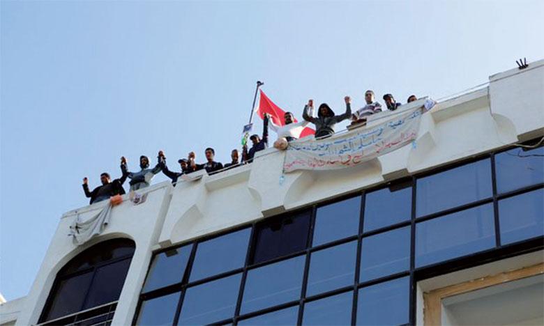 La coordination nationale des diplômés malvoyants organise un sit-in sur le toit du ministère depuis plusieurs jours.                                                                                                                                                          Ph. AICPress