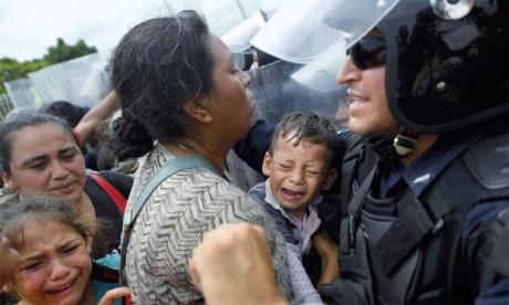 La caravane de migrants, arrivée à la frontière entre le Guatemala et le Mexique, a été freinée par les autorités  locales. Des heurts ont eu lieu. Ph. AFP