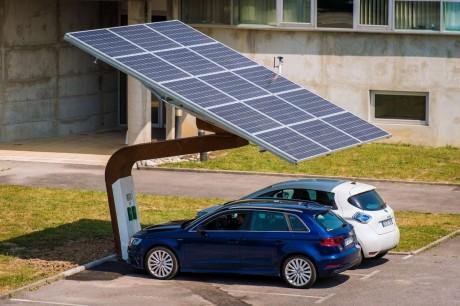 L'énergie produite par cette ombrière photovoltaïque rechargera les véhicules électriques tout en alimentant le parking en énergie propre
