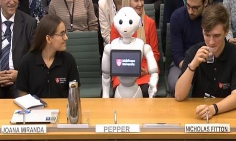 Après cette intervention, Pepper s'est contenté d'écouter le reste du débat, tournant la tête vers les orateurs. Ph: DR