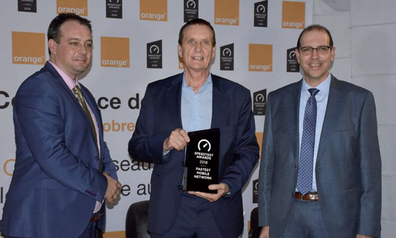 Yves Gautier, directeur général d'Orange (au centre), lors de la remise du trophée le 4 octobre à Casablanca. Ph. Saouri