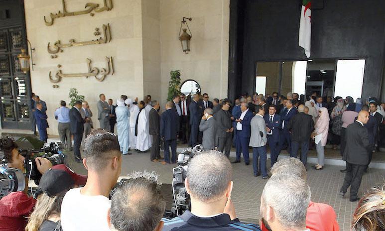 Pour empêcher l'actuel président du Parlement algérien, Saïd Bouhadja, membre du FLN, d'accéder à son bureau, certains députés avaient cadenassé l'entrée principale de l'Assemblée. Ph. DR